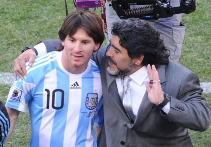 Maradona đưa ra chỉ đạo cho Lionel Messi tại World Cup 2010 khi ông đảm nhận ghế HLV trưởng ĐT Argentina. Ở giải đấu này, Albiceleste dừng bước ở tứ kết sau khi thua ĐT Đức 0-4.