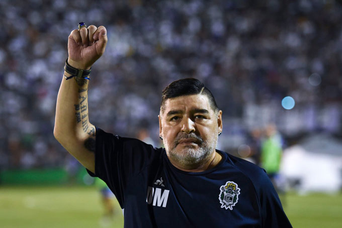 Maradona vẫy tay chào NHM của Gimnasia y Esgrima, CLB cuối cùng mà ông làm việc trước khi qua đời.