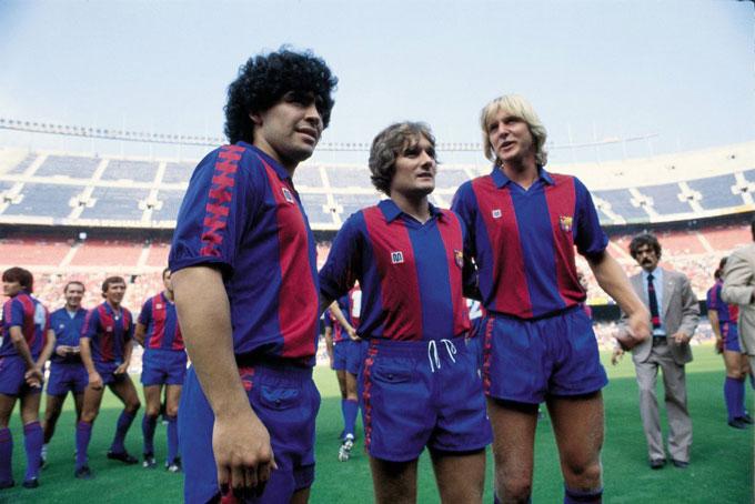 Từ trái sang: Maradona, Archibald và Schuster trong buổi lễ ra mắt Barcelona vào ngày 10/2/1982.