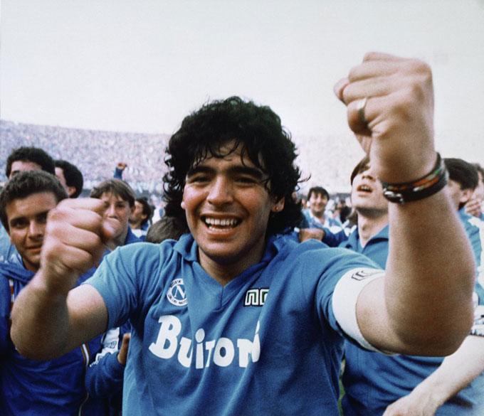 Maradona ăn mừng chức vô địch Serie A năm 1987 cùng với Napoli.