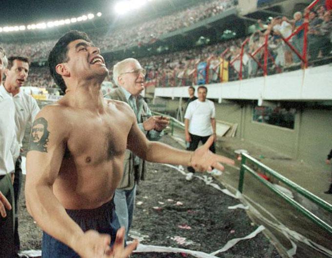 Maradona ăn mừng chiến thắng của Boca Juniors trước đại kình địch River Plate. Đây là trận đấu cuối cùng của ông trước khi giải nghệ.