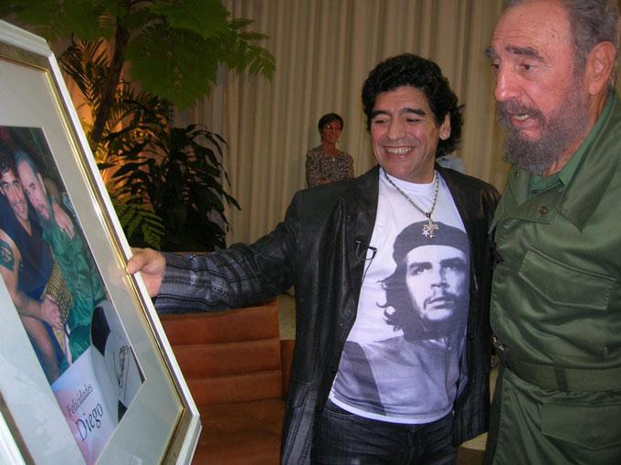 Maradona trong một lần tới thăm lãnh tụ Cuba, Fidel Castro, vào năm 2006.