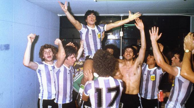 Đội trưởng Maradona ăn mừng chiến thắng cùng các đồng đội tại đội trẻ Argentina sau chiến thắng 3-1 trước ĐT Liên Xô ở FIFA World Youth Championship 1979 tại Tokyo.
