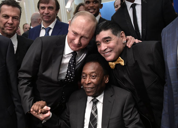Maradona chụp ảnh cùng Tổng thống Nga Vladimir Putin và huyền thoại bóng đá Brazil Pele trong lễ bốc thăm VCK World Cup 2018 tại Moscow vào năm 2017.