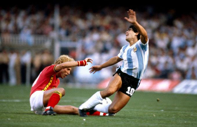 Tại kỳ World Cup đầu tiên với ĐT Argentina (1982), Ludo Coeck của ĐT Bỉ đã buộc phải phạm lỗi vì không thể chặn được Maradona.