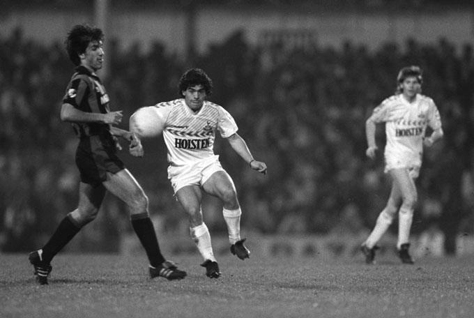 Maradona từng khoác áo Tottenham thi đấu với Inter Milan trong trận đấu tri ân của Osvaldo Ardiles vào năm 1986.