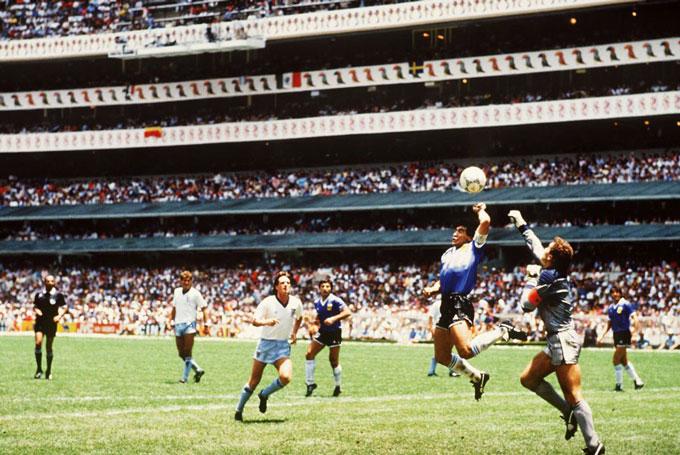 """Bàn thắng """"Bàn tay của Chúa"""" trong trận đấu giữa Argentina và Anh tại tứ kết World Cup 1986 chính là hình ảnh kinh điển gắn liền với tên tuổi của Maradona."""