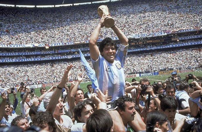 Maradona được các đồng đội công kênh trên vai với chiếc cúp vàng World Cup trên tay sau khi Argentina vượt qua Tây Đức trong trận chung kết tại Mexico 86.