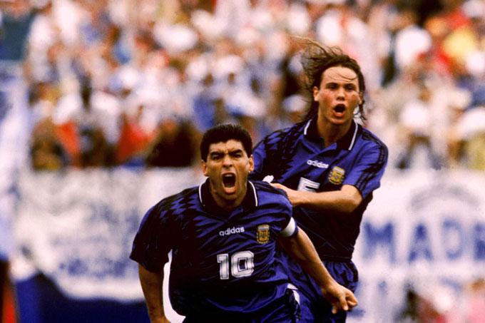 Maradona ăn mừng sau khi ghi bàn trong chiến thắng 4-0 trước Hy Lạp tại World Cup 1994.