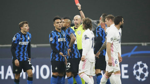 Phản ứng sau thẻ đỏ,  yếu huyệt của Inter  phiên bản thấp
