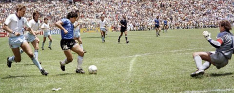 Maradona đi bóng solo ghi bàn vào lưới Anh