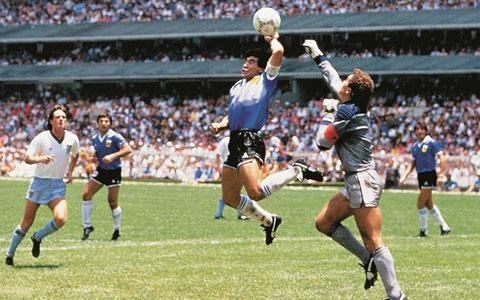 Maradona trong pha ghi bàn bằng tay đầy tranh cãi