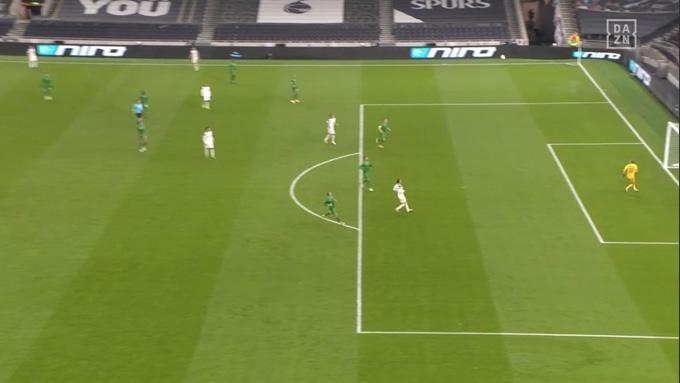 Bóng qua đầu thủ môn Iliev tìm mép dưới xà ngang và bay vào lưới
