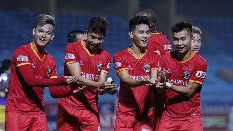 Tiến Linh (thứ 2, bìa phải)ăn mừng bàn thắng trong màu áo B.BD Ảnh: Đức Cường
