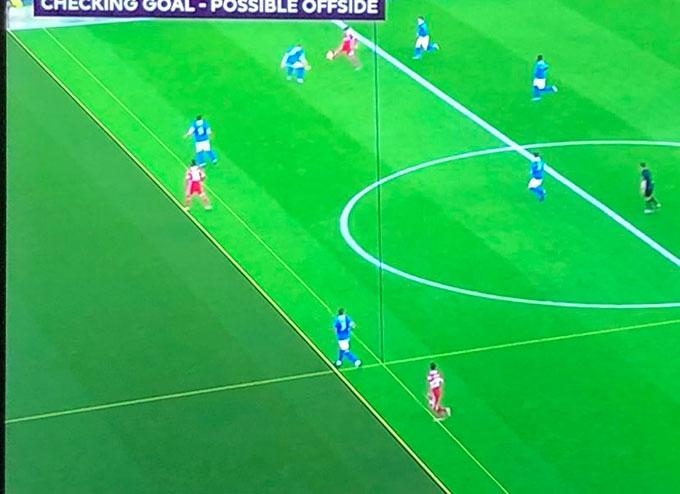 Salah đứng dưới hậu vệ cuối cùng của Brighton chỉ vài mm
