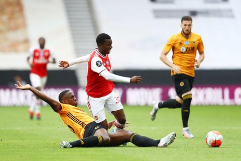 Hàng thủ lỏng lẻo sẽ khiến Arsenal (trên) mất điểm trước Wolves