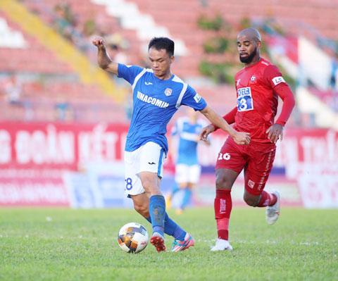 Văn Việt (trái) chơi rất ấn tượng nơi hàng phòng ngự Than.QN ở mùa giải vừa qua - Ảnh: PHAN TÙNG