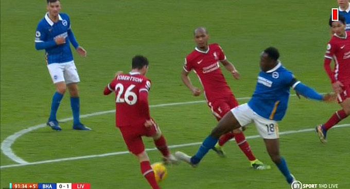 Robertson rõ ràng đã đá vào chân Welbeck