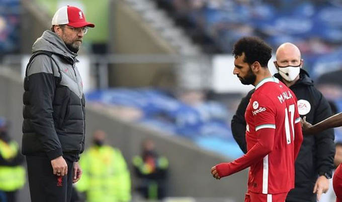 Thái độ khó chịu của Salah khi bị thay ra