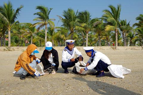 Các lực lượng tham gia dọn sạch bãi biển