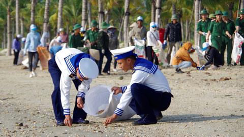 60 cán bộ, chiến sĩ Lữ đoàn 147 tham gia chiến dịch làm sạch bờ biển tại Tuần Châu