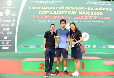 Gia đình chúc mừng Trịnh Linh Giang đoạt chức vô địch