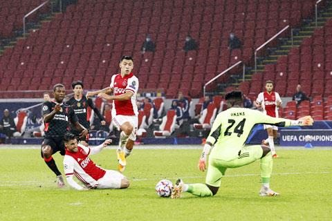 Liverpool (áo sẫm) khó đánh bại được một Ajax đang thăng hoa
