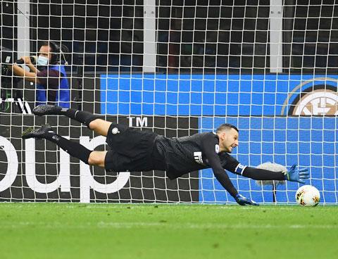 Thủ thành Handanovic của Inter nhiều khả năng sẽ nhận về hơn 1 bàn thua trước M'gladbach
