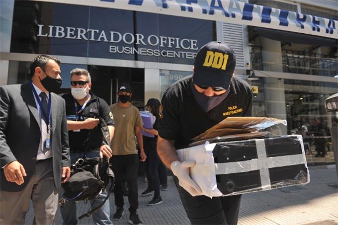 Cảnh sát khám xét và lấy bằng chứng từ nhà bác sỹ Luque