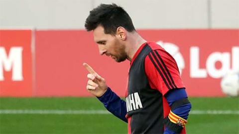 Koeman yêu cầu xóa thẻ vàng cho Messi khi tri ân Maradona