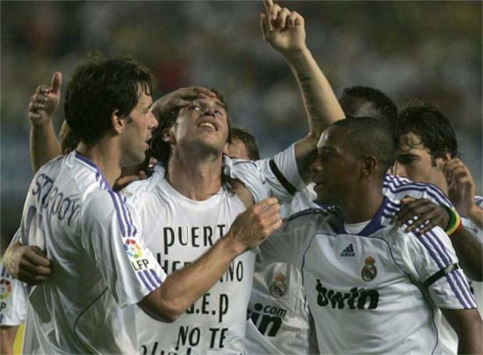 Sergio Ramos từng được xóa thẻ vàng sau màn cởi áo tưởng nhớ Antonio Puerta