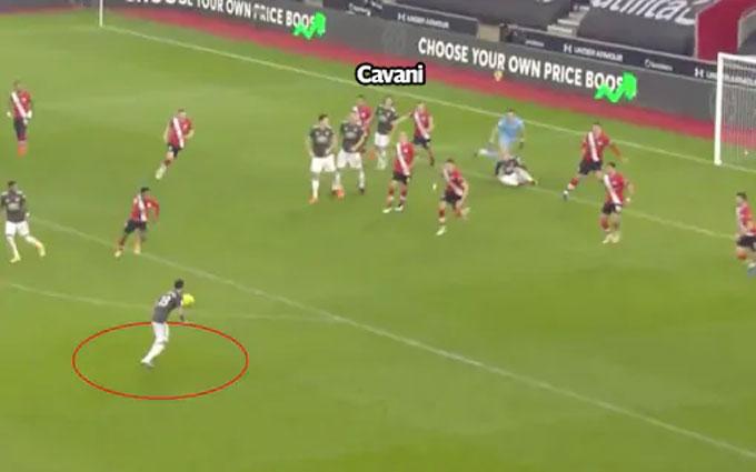 Cavani bị kẹp giữa hai hậu vệ khi bóng ra chỗ của Fernandes