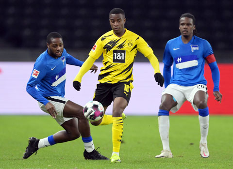 Cuộc chạm trán Hertha hôm 21/11 biến Moukoko (giữa) trở thành cầu thủ trẻ nhất trong lịch sử Bundesliga