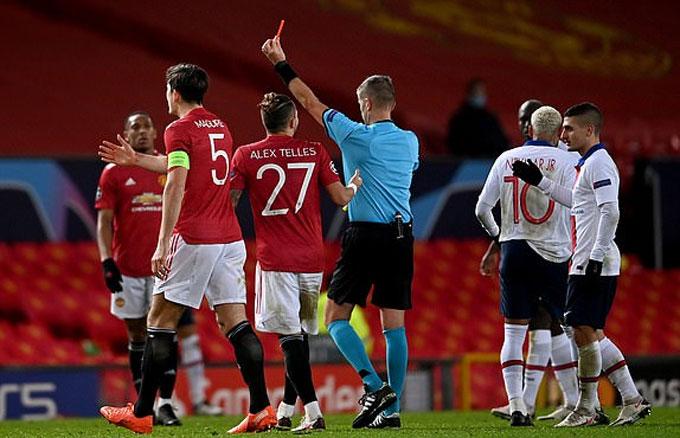 Fred nhận thẻ đỏ