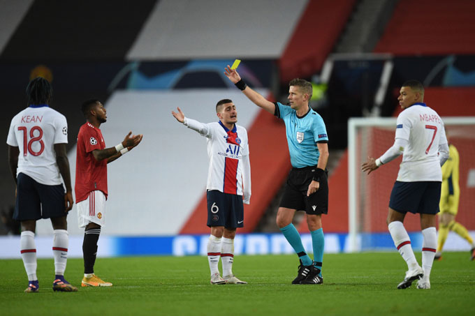 Fred may mắn chỉ phải nhận thẻ vàng ở phút 23 sau khi húc vào mặt Paredes