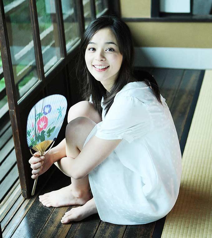 Dù đã 35 tuổi nhưng Rosa Kato vẫn khiến khán giả hút hồn bởi nụ cười toả nắng cùng gương mặt hồn hậu của mình