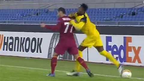 Mkhitaryan bị đối phương đấm không thương tiếc