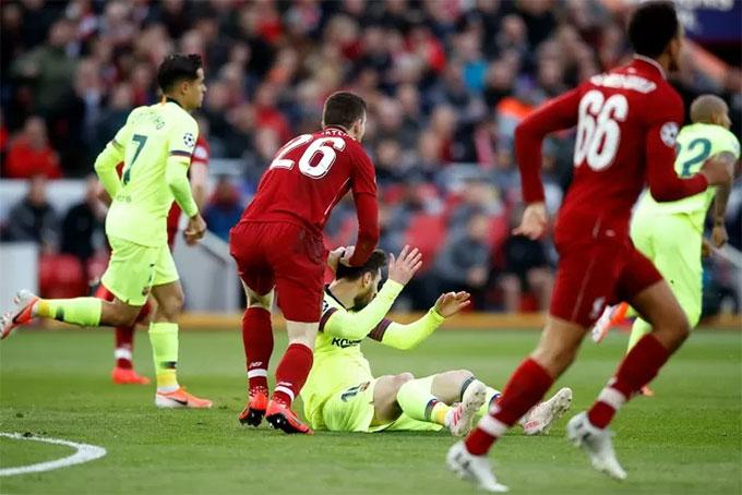 """Robertson """"dằn mặt"""" Messi nhưng không bị đuổi"""