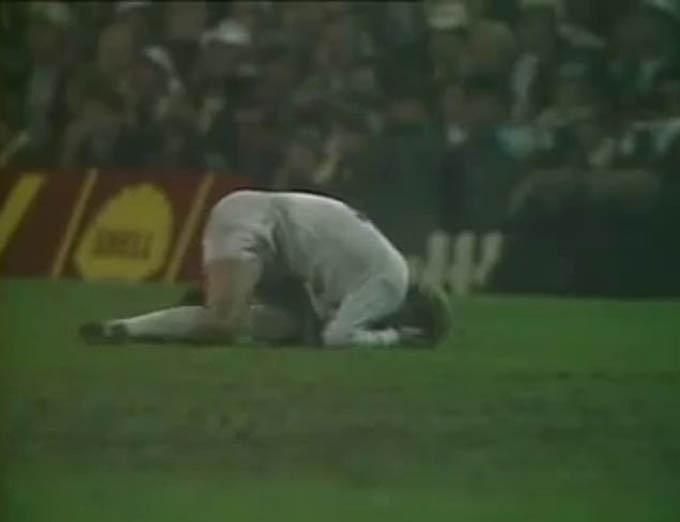 Bremmer ôm mặt đau đớn nhưng Leeds không được hưởng 11m