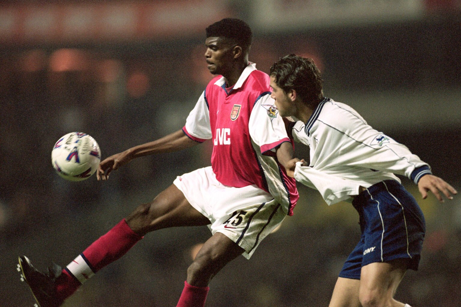 Nwankwo Kanu ghi bàn đem lại chiến thắng 3-1 ngay tại White Hart Lane, giúp Arsenal theo đuổi danh hiệu năm 1999