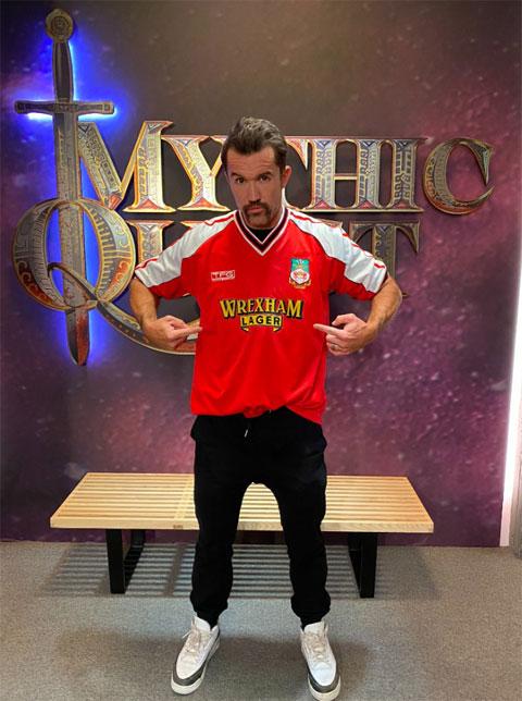 Rob McElhenney khoe mặc áo đấu của AFC Wrexham