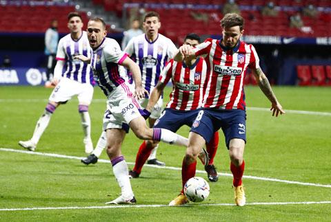 Atletico (phải) có chiến thắng dễ dàng trước Valladolid để vươn lên ngôi đầu