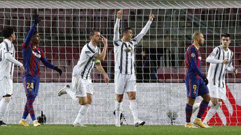 Barca (áo sẫm) trả giá đắt khi đối đầu Juventus với tâm lý cầu hòa