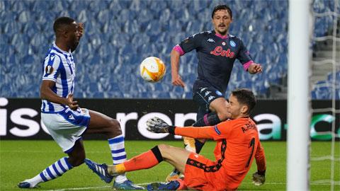 Sociedad (áo sọc) khó lòng cầm cự trước một Napoli đang vào phom