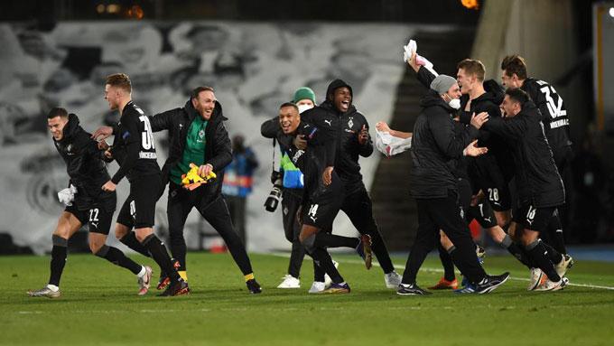 Gladbach giúp Bundesliga bảo toàn được cả 4 đại diện vào vòng knock-out