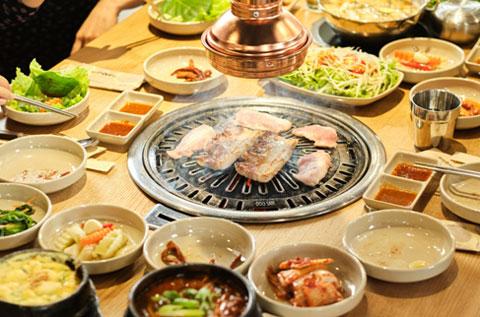 """Bàn ăn đầy ắp panchan vị chuẩn Hàn cho """"dân mê thịt"""""""