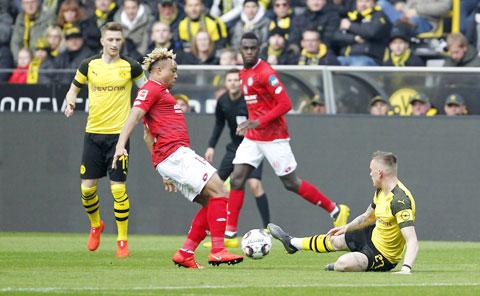 Lực lượng thiếu hụt sẽ khiến Dortmund (áo sáng) dễ thua trước Stuttgart đang chơi rất hay trên sân khách