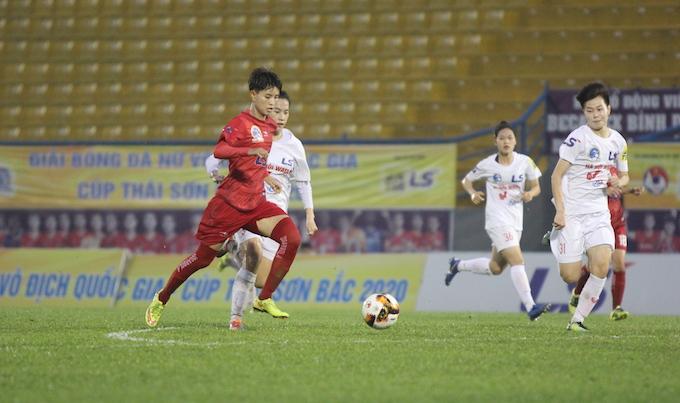 Đội trưởng Hồng Phúc (áo đỏ) ghi bàn thắng duy nhất cho Sơn La. Ảnh: Quốc An