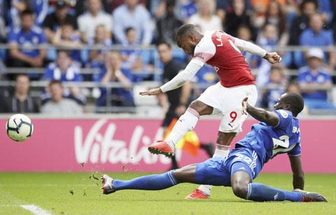 Chỉ phải tiếp Burnley trên sân nhà mà không thắng thì Arsenal (trên) chỉ còn biết trách chính mình