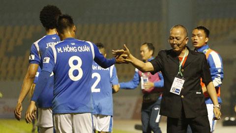 Ông bầu Phạm Thanh Hùng động viên cầu thủ Quảng Ninh ở mùa 2020